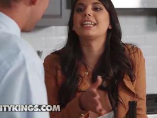 Das wilde Latina-Girl Gina Valentina springt auf einen Typen und fickt wie verrückt